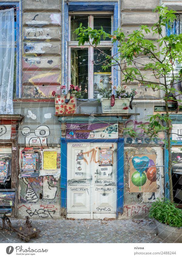 verlebte Hausfassade in Berlin Lifestyle Tourismus Ausflug Abenteuer Freiheit Fahrradtour Sommer Renovieren Panzer Kunst Baum Hauptstadt Stadtzentrum Bauwerk