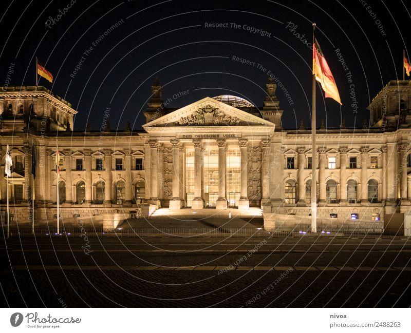 Reichstag in Berlin bei Nacht alt Stadt Fenster Architektur Gebäude Garten Tourismus Treppe glänzend Abenteuer berühren Bundesadler entdecken Sehenswürdigkeit