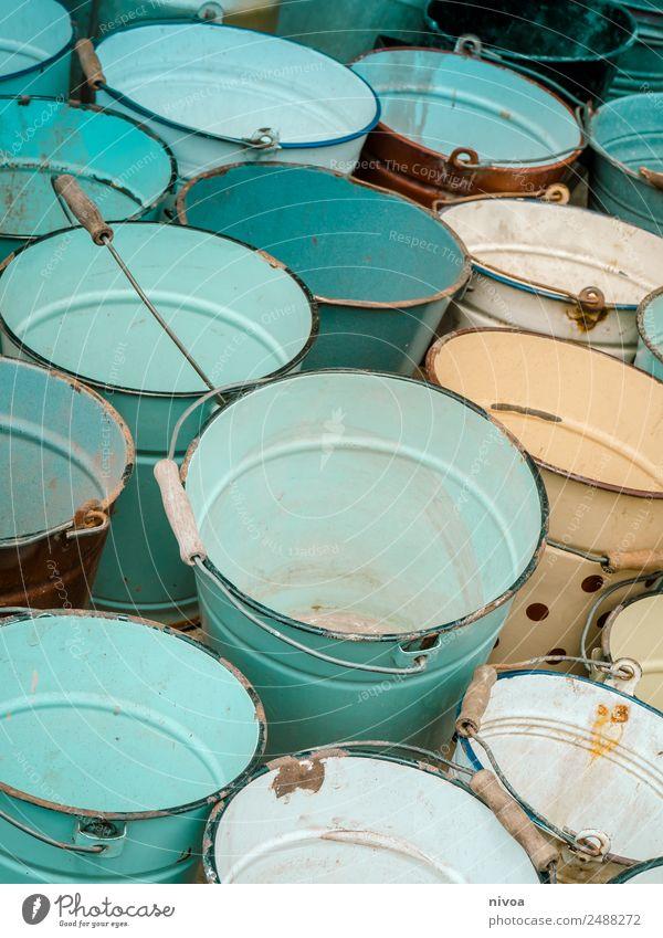 viele bunte Eimer alt blau Wasser weiß Stil einzigartig entdecken Kitsch türkis Flüssigkeit Rost Identität gleich Krimskrams Flohmarkt