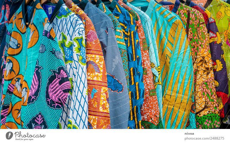 Bunte afrikanische Jacken auf dem Berliner Mauerpark Flohmarkt Lifestyle kaufen Stil Sehenswürdigkeit Mode Bekleidung Hemd Stoff Blouson Druckfarbe Afrikanisch