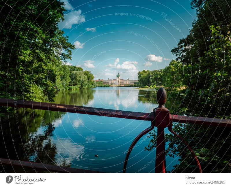 Schloss Charlottenburg an der Spree in Berlin Tourismus Ausflug Architektur Natur Himmel Wolken Schönes Wetter Baum Park See Fluss Hauptstadt Palast