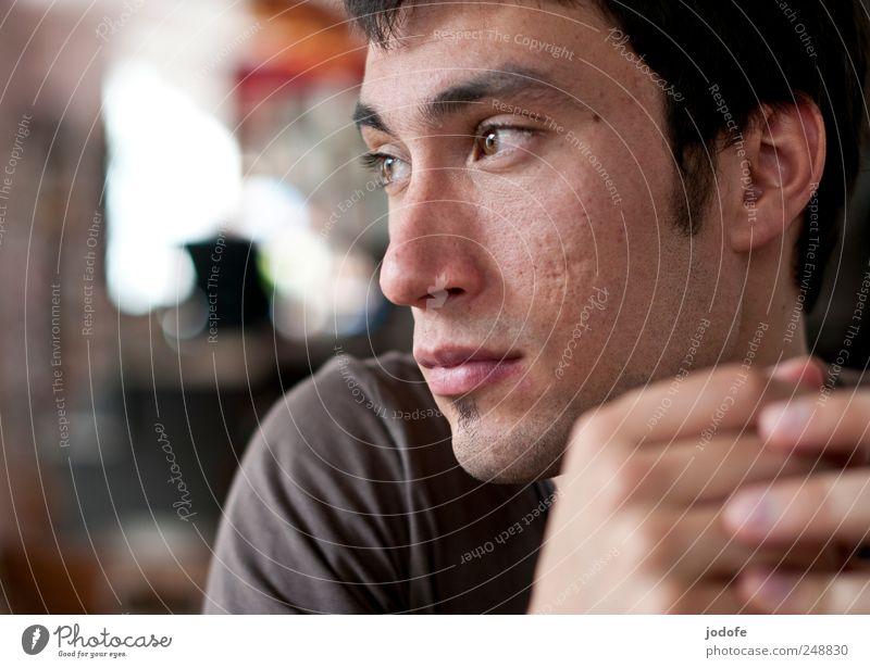 abwesend anwesend Mensch Jugendliche Gesicht Kopf Erwachsene warten sitzen maskulin nachdenklich 18-30 Jahre verträumt ernst Geistesabwesend Junger Mann
