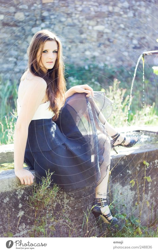 Alice Mensch Jugendliche schön feminin Erwachsene Mode elegant sitzen ästhetisch einzigartig Körperhaltung Kleid Brunnen 18-30 Jahre brünett