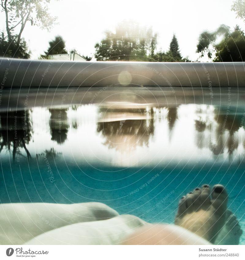 zurücklehnen. Frau Erwachsene Beine Fuß berühren Freude Zufriedenheit authentisch beweglich Leben Freundschaft Schwimmen & Baden Wasserbecken Schwimmbad Garten