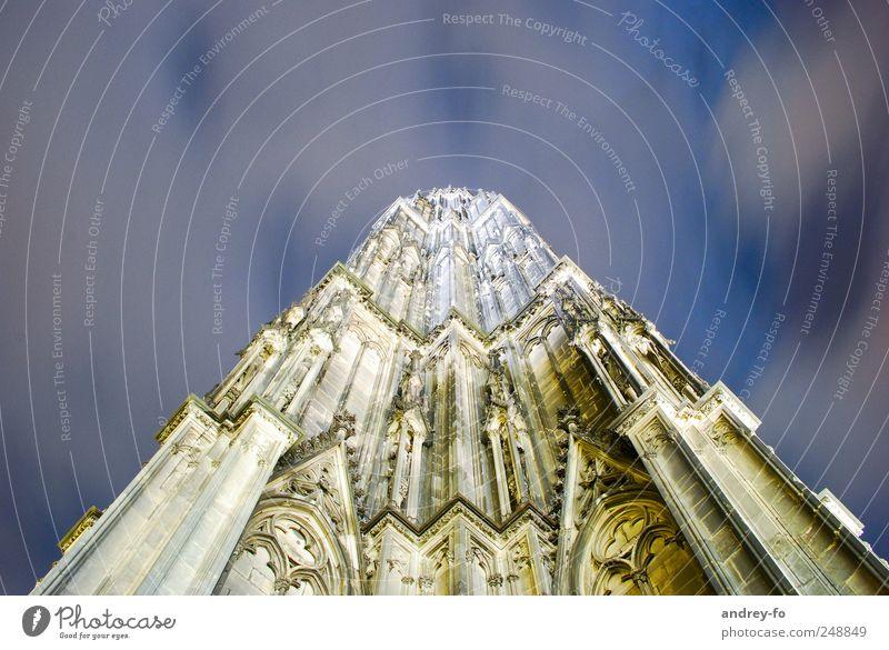 Kölner Dom nachts. Himmel blau Ferien & Urlaub & Reisen Architektur Religion & Glaube Stein Gebäude braun Fassade groß Tourismus Kirche Bauwerk historisch Wahrzeichen Köln