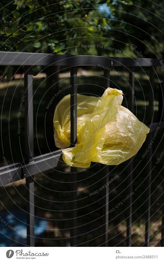 gelbe plastiktüte Schönes Wetter Baum Sträucher Verpackung Kunststoffverpackung Müll Plastiktüte Zaun verschwenden kaufen nachhaltig Umwelt Umweltverschmutzung