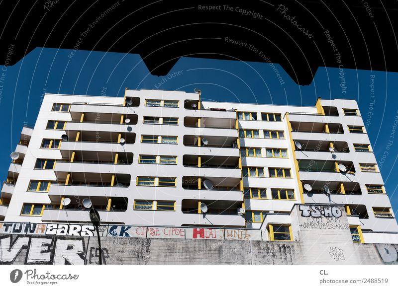 berlin, kottbusser tor Himmel Stadt Fenster Architektur Graffiti Wand Berlin Gebäude Mauer Fassade Hochhaus Schönes Wetter Wandel & Veränderung Bauwerk
