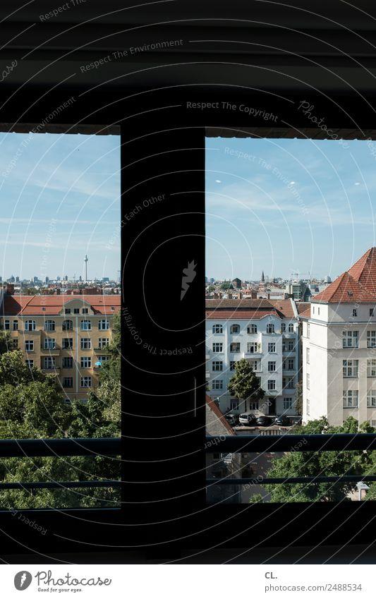fensterblick auf berlin-neukölln Tourismus Ferne Städtereise Himmel Wolkenloser Himmel Sommer Schönes Wetter Baum Berlin Neukölln Hauptstadt Menschenleer Haus
