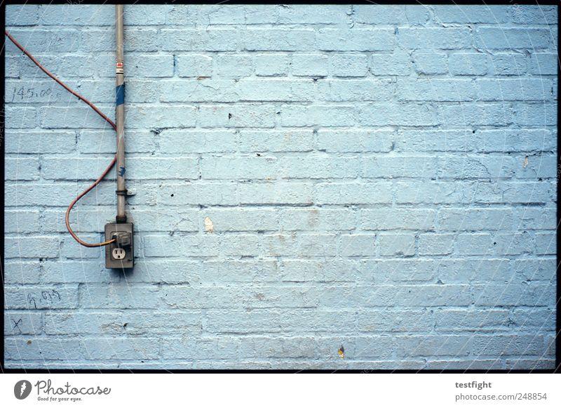 stromanschluß alt blau kalt Wand Mauer Gebäude Fassade Elektrizität Kabel Fabrik Backstein Steckdose Industrieanlage Konzepte & Themen Backsteinwand