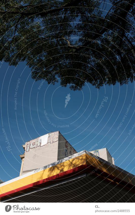 tankstelle in kreuzberg Wolkenloser Himmel Sommer Schönes Wetter Baum Berlin Kreuzberg Hauptstadt Menschenleer Haus Hochhaus Bauwerk Gebäude Architektur