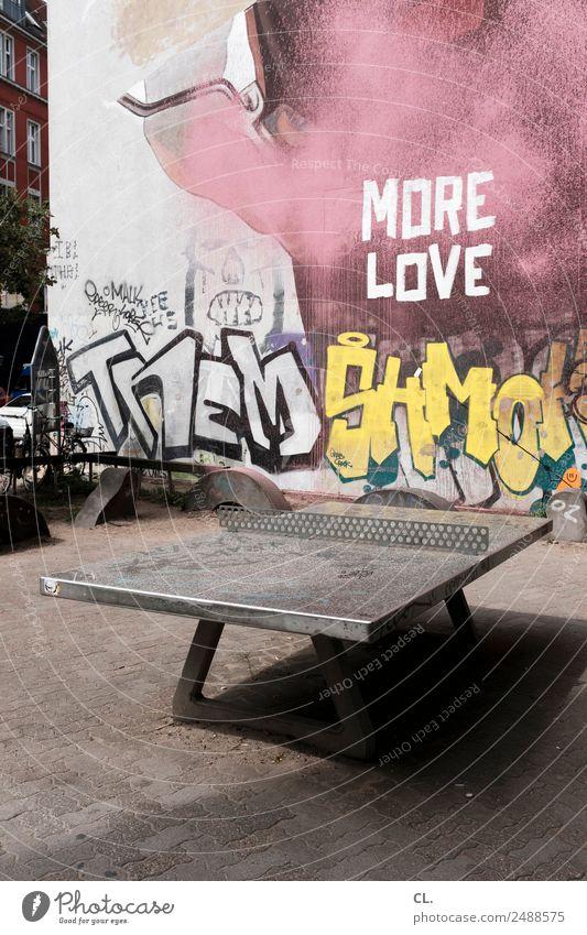 ping pong love Sport Tischtennis Sportstätten Berlin Neukölln Platz Mauer Wand Tischtennisplatte Schriftzeichen Graffiti dreckig Stadt Liebe Farbfoto