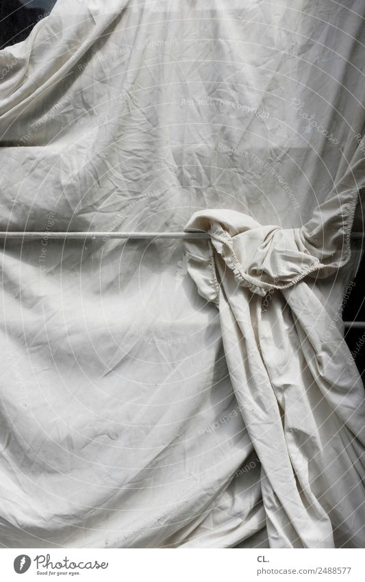 bedeckt Fenster Stoff Bettlaken Falte ästhetisch weiß Schutz verdeckt verstecken verhüllen Sichtschutz Privatsphäre bedecken privat Farbfoto Gedeckte Farben