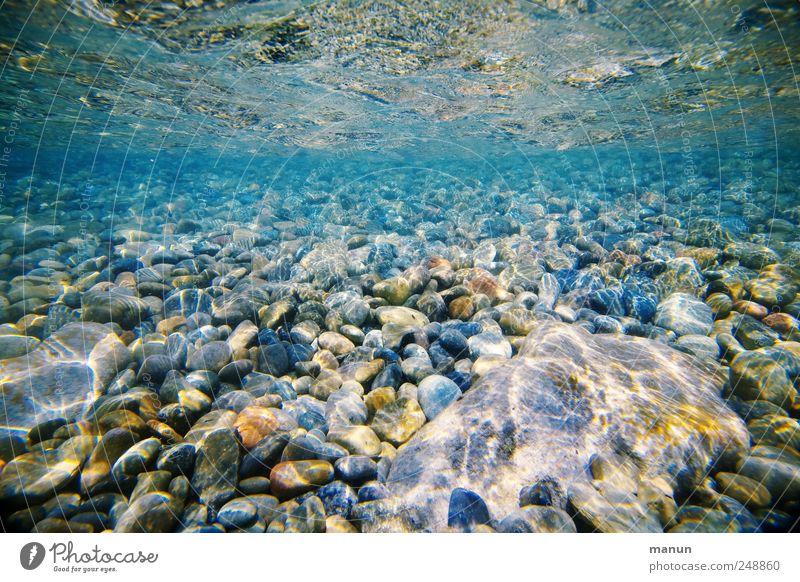 Kiesstrand Natur Wasser blau Meer Stein Küste See Wellen natürlich Perspektive authentisch Fluss Urelemente einfach rein unten