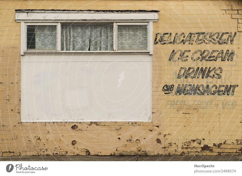 writing on the wall Stadtzentrum Altstadt Haus Bauwerk Gebäude Mauer Wand Fenster Schriftzeichen alt außergewöhnlich retro trashig trist gelb Ladengeschäft