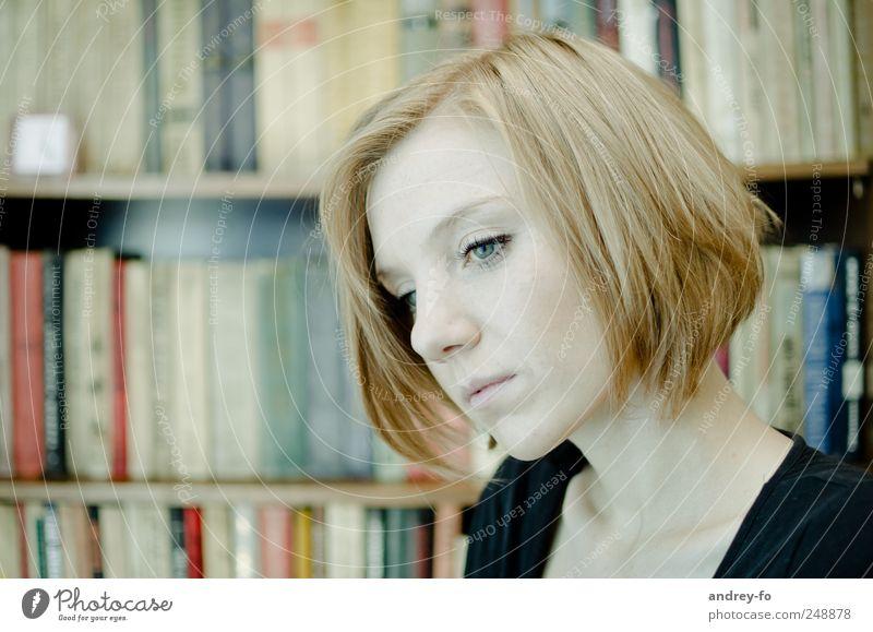 Nachdenklich. feminin Junge Frau Jugendliche Gesicht 1 Mensch 18-30 Jahre Erwachsene Bibliothek Haare & Frisuren rothaarig kurzhaarig Denken lernen Traurigkeit