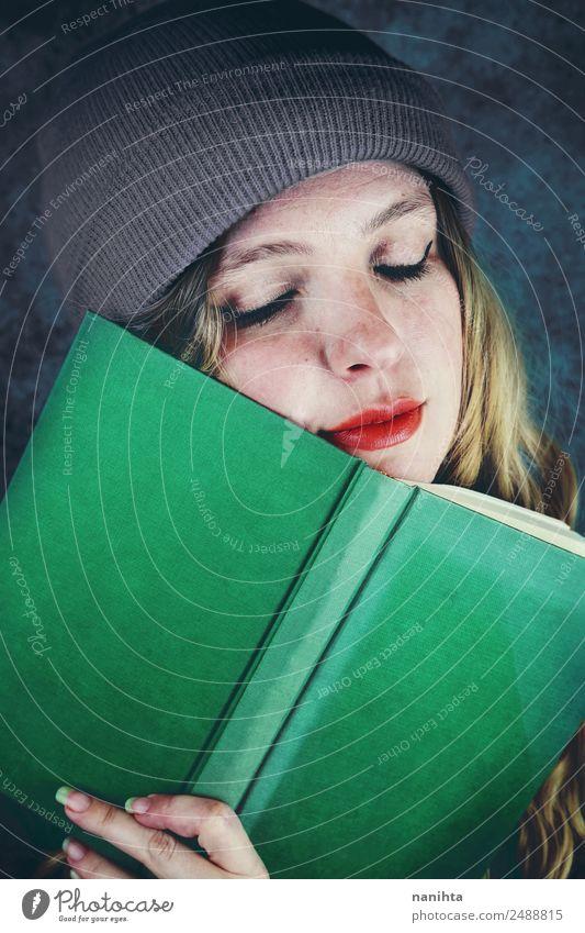 Junge glückliche Frau, die ein Buch hält. Lifestyle Stil Design schön Gesicht Freizeit & Hobby Bildung Erwachsenenbildung Schüler lernen Mensch feminin