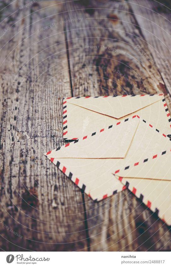 Alte Papierumschläge über Holzstruktur Stil Design Feste & Feiern Weihnachten & Advent Hochzeit sprechen Einladung Brief Briefumschlag Post alt dreckig einfach