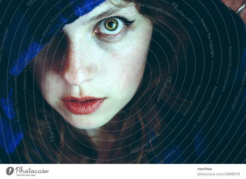 Porträt einer jungen Frau, die in die Kamera schaut. Stil Haut Gesicht Halloween Mensch feminin Junge Frau Jugendliche 1 18-30 Jahre Erwachsene Kapuze