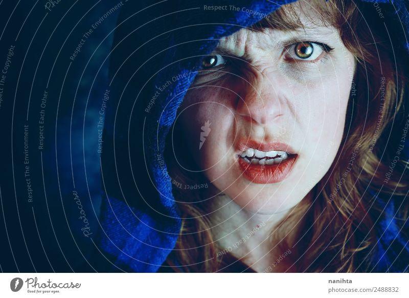 Wütende junge Frau in der Dunkelheit Stil Gesicht Halloween Mensch feminin Junge Frau Jugendliche 1 18-30 Jahre Erwachsene Pullover Kapuze Kapuzenpullover