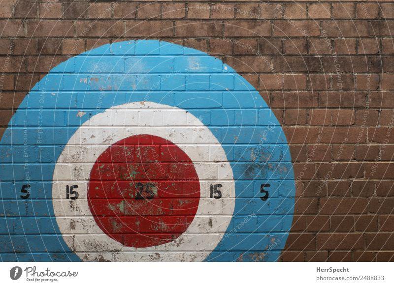 Jeder Schuss ein Treffer Sport Kunstwerk Subkultur Mauer Wand Backstein Ziffern & Zahlen Graffiti alt authentisch Coolness trashig trist Stadt blau braun rot