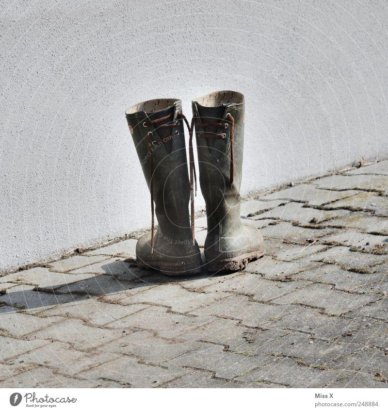 Alter Latsch alt Schuhe dreckig Bauernhof Bürgersteig Stiefel Gummistiefel entkleiden gebraucht Schuhbänder