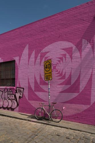 At Gertrude street... Melbourne Haus Bauwerk Gebäude Mauer Wand Fassade Straße Fahrrad Ziffern & Zahlen Graffiti eckig groß Stadt rosa knallig Verkehrszeichen