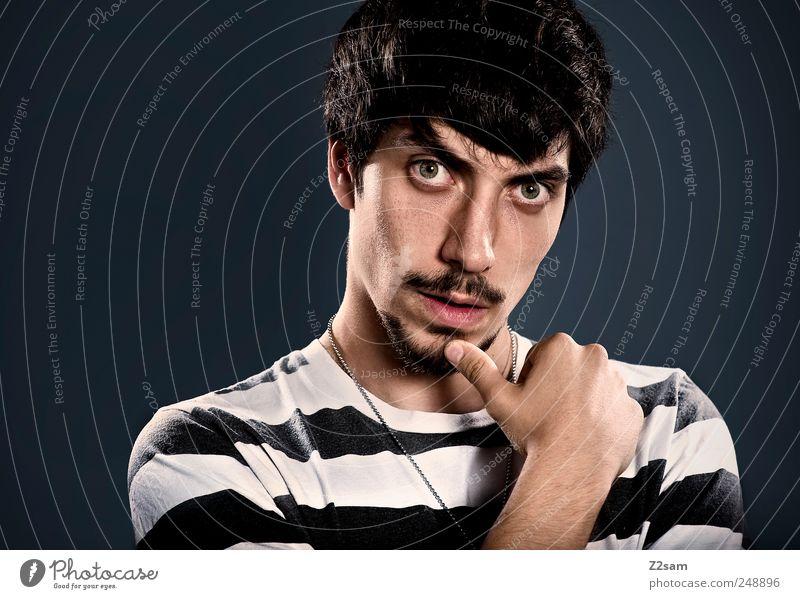 THE ACTOR Mensch 18-30 Jahre Jugendliche Erwachsene Schauspieler T-Shirt schwarzhaarig Denken Blick authentisch dunkel eckig einfach natürlich Originalität