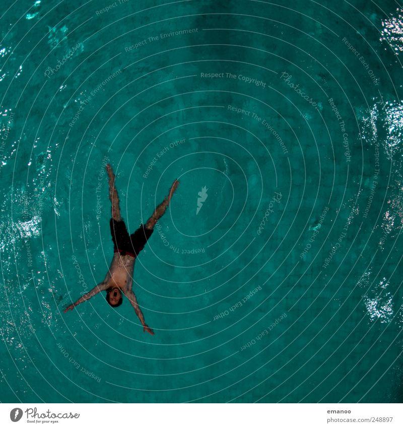 treiben lassen in der Grünfläche Mensch Mann Jugendliche Wasser grün Freude ruhig Erwachsene Erholung Leben Stil Körper Schwimmen & Baden liegen maskulin
