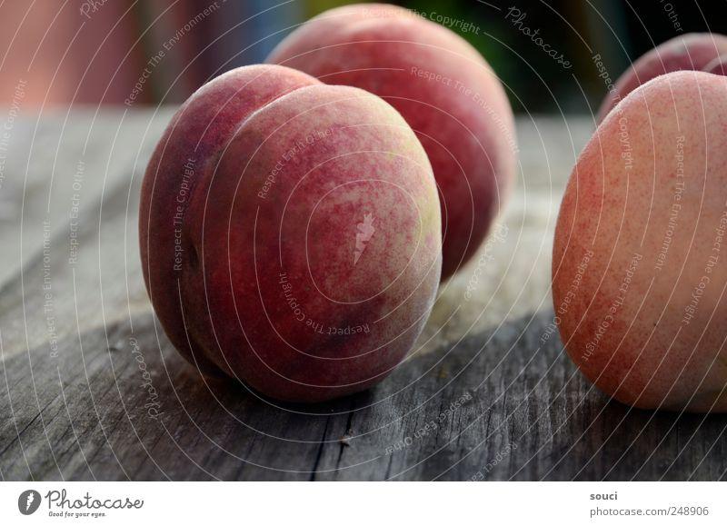 """vier Frucht """"Pfirsich Pfirsiche"""" Ernährung Vegetarische Ernährung Garten Tisch Natur Sommer Baum Früchte Ernte Dorf Holz braun gelb rot Vorfreude 4 samtig"""