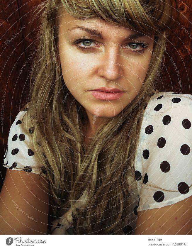 ...und punkt. Stil Haare & Frisuren feminin Junge Frau Jugendliche 1 Mensch 18-30 Jahre Erwachsene Bekleidung gepunktet blond langhaarig Scheitel Pony Holz