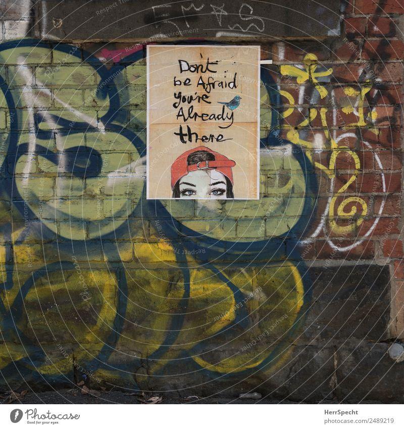 Don't be afraid, you're already there Mauer Wand Schriftzeichen Graffiti trashig Stadt mehrfarbig Straßenkunst Redewendung Poster Angst Ziel Baseballmütze