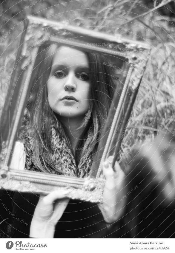 sich selbst sehen. Mensch Jugendliche schön Erwachsene feminin Traurigkeit natürlich 18-30 Jahre festhalten Spiegel Junge Frau langhaarig Spiegelbild Erkenntnis Selbsterkenntnis