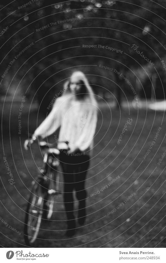 seh' keine weiten Wege, seh' nur Fluchpunkte. Mensch Jugendliche Erwachsene dunkel feminin Traurigkeit träumen Park Fahrrad gehen natürlich stehen Trauer