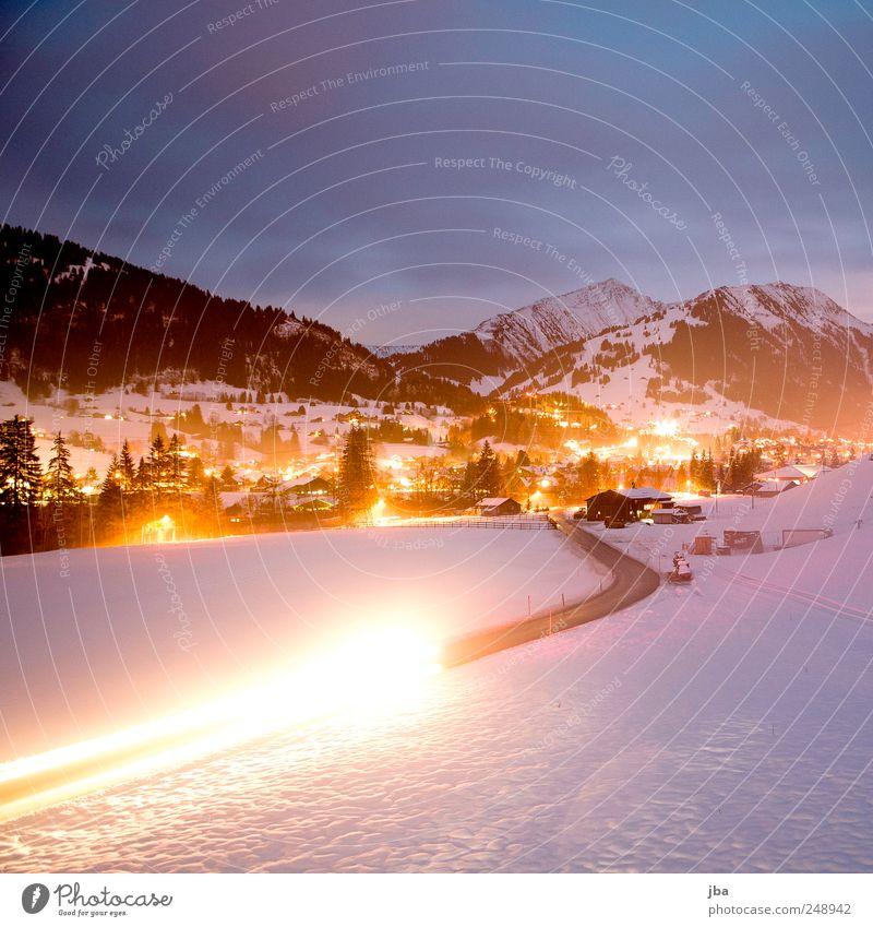 Blick nach Gstaad Natur Wolken Winter Schnee Berge u. Gebirge Bewegung Farbstoff orange Beleuchtung Tourismus Alpen violett Verkehrswege Straßenbeleuchtung Personenverkehr Autoscheinwerfer