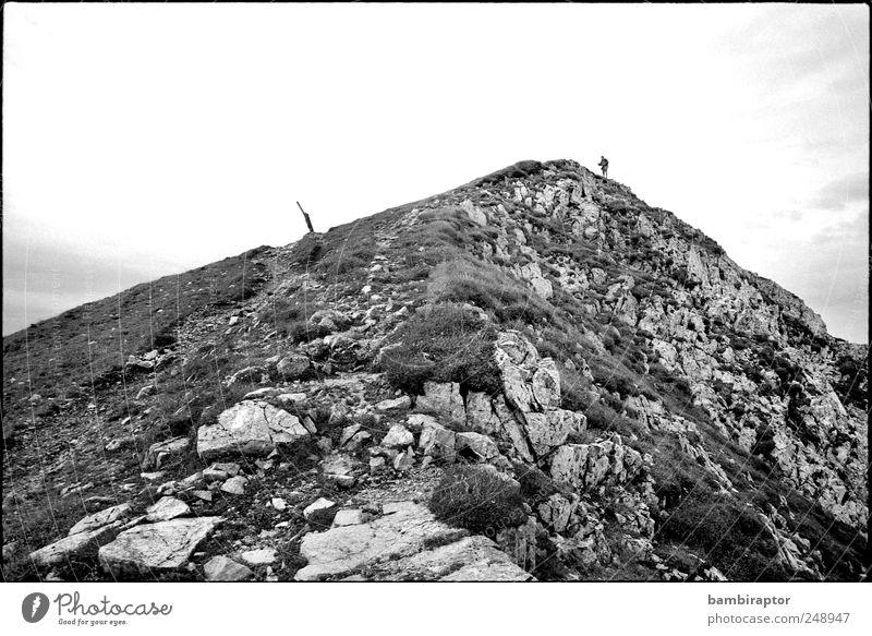Gipfelstürmer Ausflug Abenteuer Berge u. Gebirge wandern Klettern Bergsteigen Mann Erwachsene 1 Mensch Natur Himmel Felsen Bergkamm Schwarzweißfoto