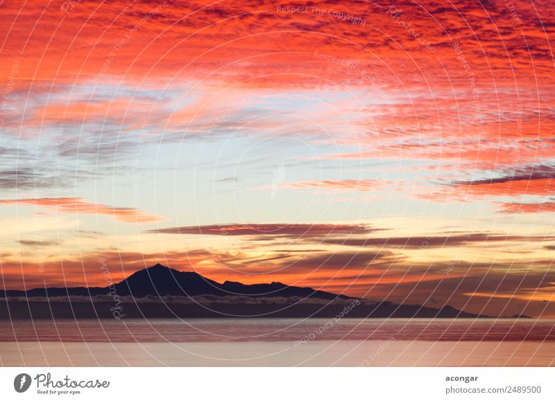 Sonnenaufgang im Meer als Hintergrund. Natur Landschaft Himmel Wolken Horizont Küste Skyline hell gold rot Farbe Kanaren Spanien Teide Teneriffa Windstille