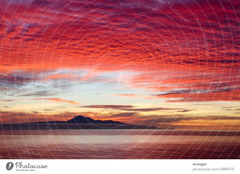 Sonnenaufgang im Meer als Hintergrund. Natur Landschaft Himmel Wolken Horizont Küste Skyline hell mehrfarbig gold rot Farbe Kanaren Spanien Teide Teneriffa