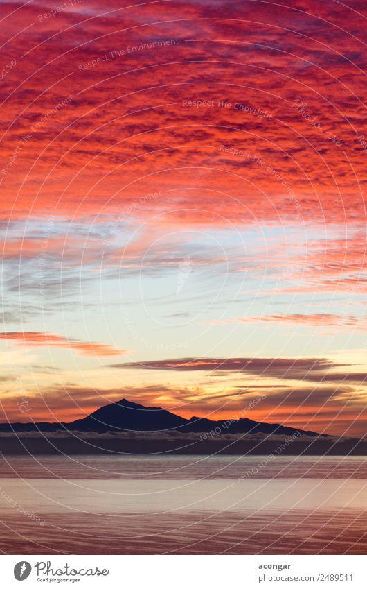 Sonnenaufgang im Meer für den Hintergrund Natur Landschaft Himmel Wolken Horizont Küste Skyline hell gelb gold rot Farbe Kanaren Spanien Teide Teneriffa
