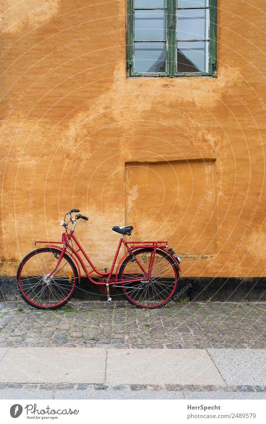 Red in front of Orange Kopenhagen Stadtzentrum Altstadt Haus Einfamilienhaus Bauwerk Gebäude Mauer Wand Fassade Fenster Verkehrsmittel Fahrrad alt ästhetisch
