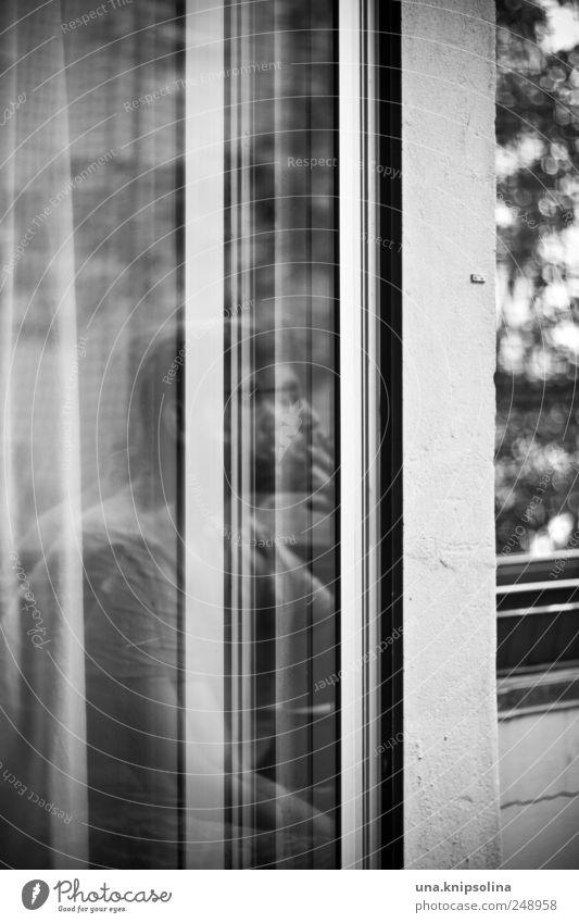 dernier Mensch Mann ruhig Erholung Erwachsene Fenster Denken außergewöhnlich Tür maskulin Glas beobachten einzigartig genießen Rauchen Balkon