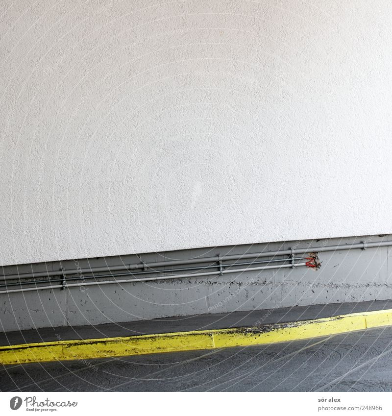 Felge vs. Bordstein weiß gelb Wand grau Mauer Stein Gebäude Linie Fassade Beton Ordnung Kabel Baustelle Handwerk parken Glätte