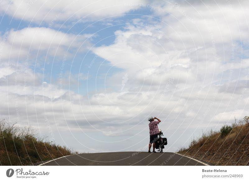 Ganz oben angekommen Mensch blau Freude Straße Landschaft Bewegung grau Kraft Fahrrad maskulin Abenteuer Erfolg Schönes Wetter Gipfel stark