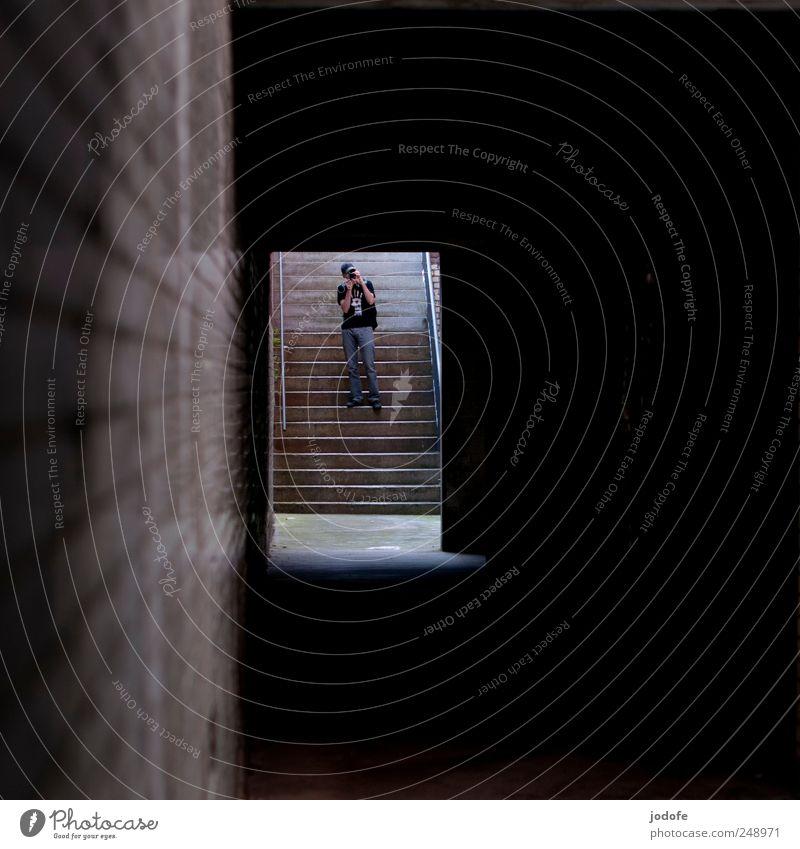 Treppe abwärts Mensch dunkel Wand hell Tür maskulin stehen Hoffnung beobachten Ende Tunnel aufsteigen Fotografieren Gang Abstieg