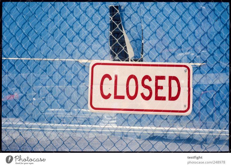 geschlossen Metall Schriftzeichen Schilder & Markierungen Hinweisschild Warnschild blau rot Zaun Maschendrahtzaun Farbfoto Außenaufnahme abstrakt Muster
