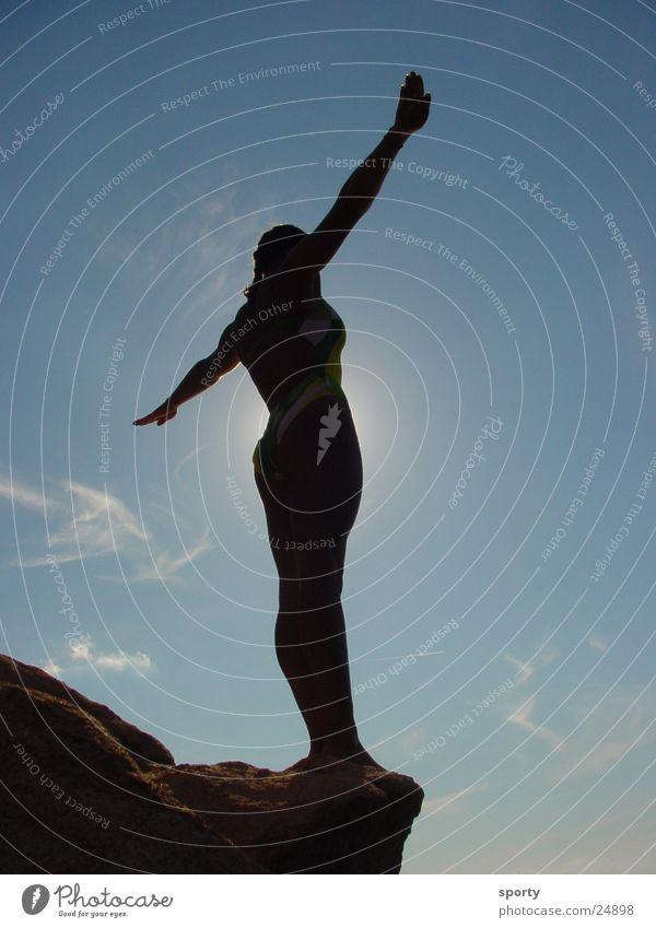 Cliff Diving Sonne feminin Freiheit Glück ästhetisch Mut Schwerkraft Extremsport