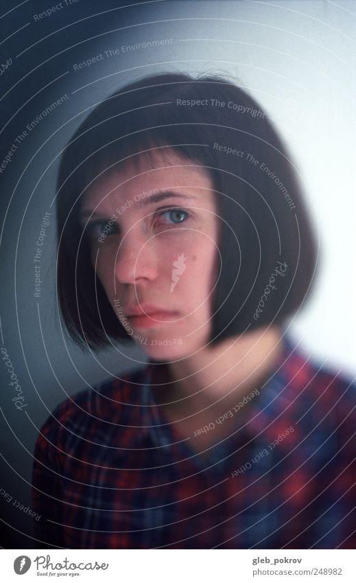 Mensch Jugendliche Gesicht Kopf Erwachsene Bekleidung Hemd brünett 18-30 Jahre Junge Frau füttern