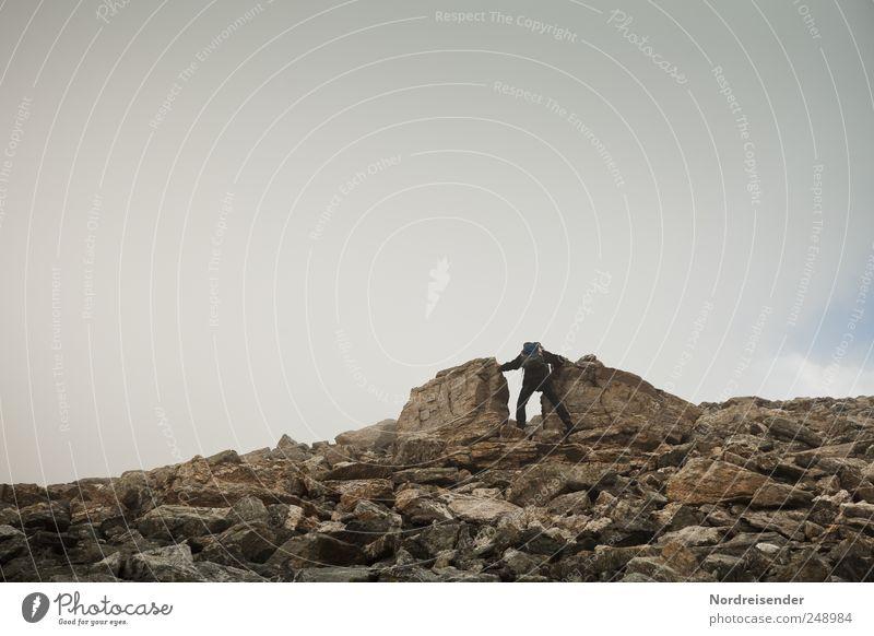 Wir machen den Weg frei Mensch Mann Natur Erwachsene Leben Landschaft Berge u. Gebirge Bewegung Wege & Pfade Stein Arbeit & Erwerbstätigkeit Kraft Felsen Nebel