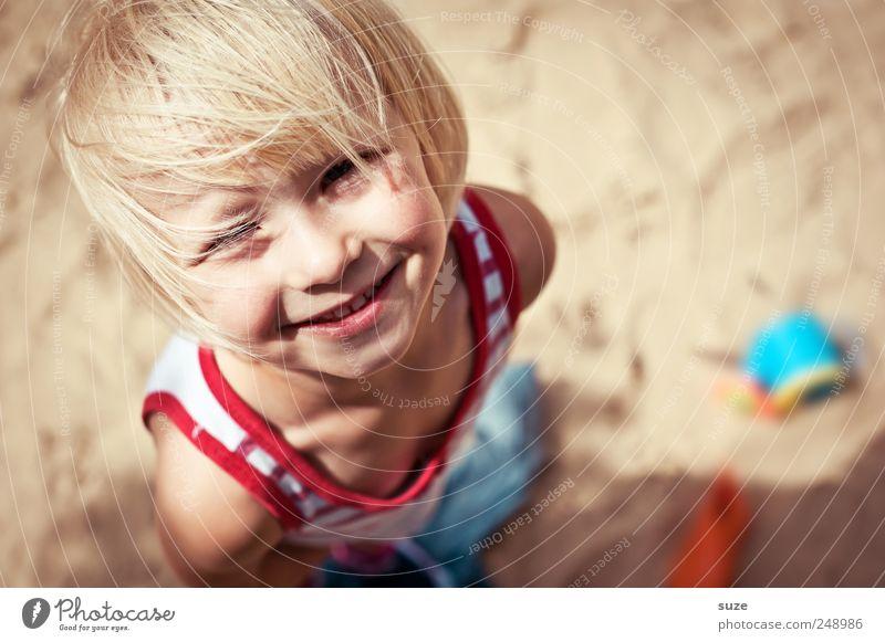 *Grins* Mensch Kind Sommer Mädchen Strand Gesicht Haare & Frisuren klein Kopf Sand blond Kindheit Fröhlichkeit stehen Kindheitserinnerung niedlich