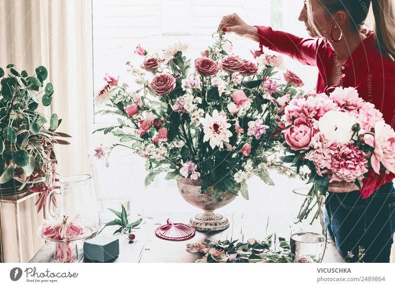 Frau dekoriert großen Blumenstrauß mit Rosen in Vase Lifestyle Reichtum Stil Design Freizeit & Hobby Häusliches Leben Haus Traumhaus Innenarchitektur