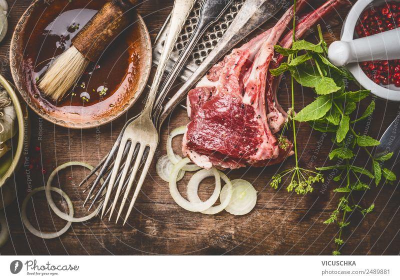 Lammkoteletts mit Kochzutaten Lebensmittel Fleisch Kräuter & Gewürze Öl Ernährung Abendessen Bioprodukte Geschirr Schalen & Schüsseln Besteck Gabel Stil Design